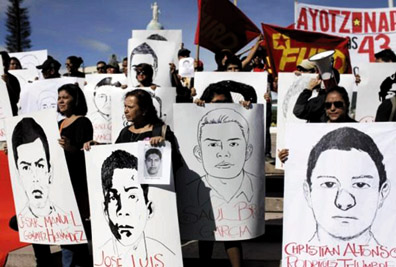 Demonstrators marched on the Mexican embassy in San Salvador, displaying the images of 43 student teachers from Ayotzinapa. The forced disappearances are a massive crime by the Mexican police that has sparked an international outcry.